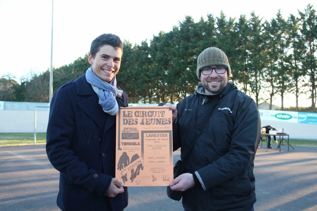 Lors de la finale des Samedis Découverte de la Piste, le parrain Warren Barguil (ici avec l'un des organisateurs) a présenté l'affiche du Circuit des Jeunes 2015 ! (photo S. Le Provost)