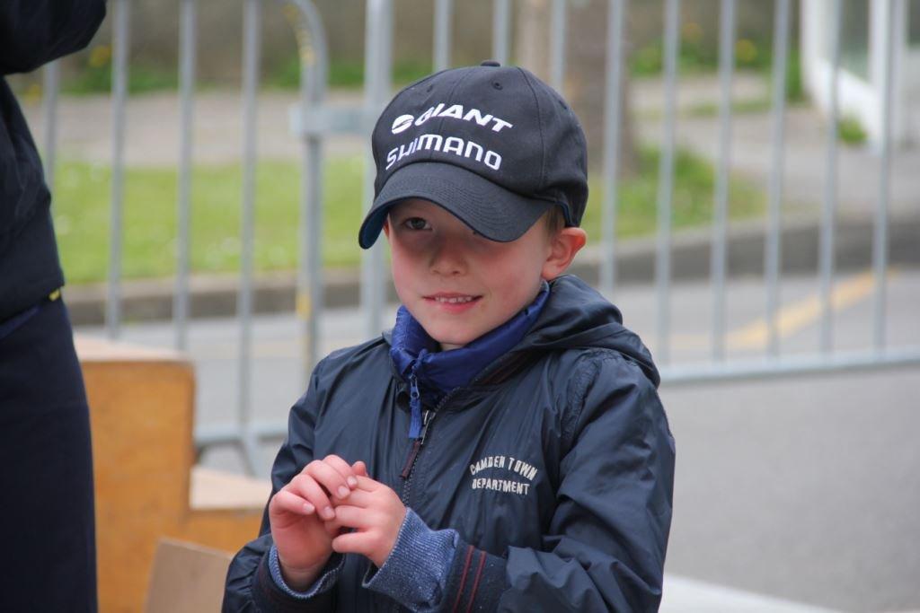 """Le petit Kaelig Le Douairon, bientôt 6 ans, était très fier d'avoir remporté la casquette """"podium"""" de Warren Barguil. Le jeune Bellilois Yanis Aboud a gagné lui, la casquette """"course"""" de Warren !"""