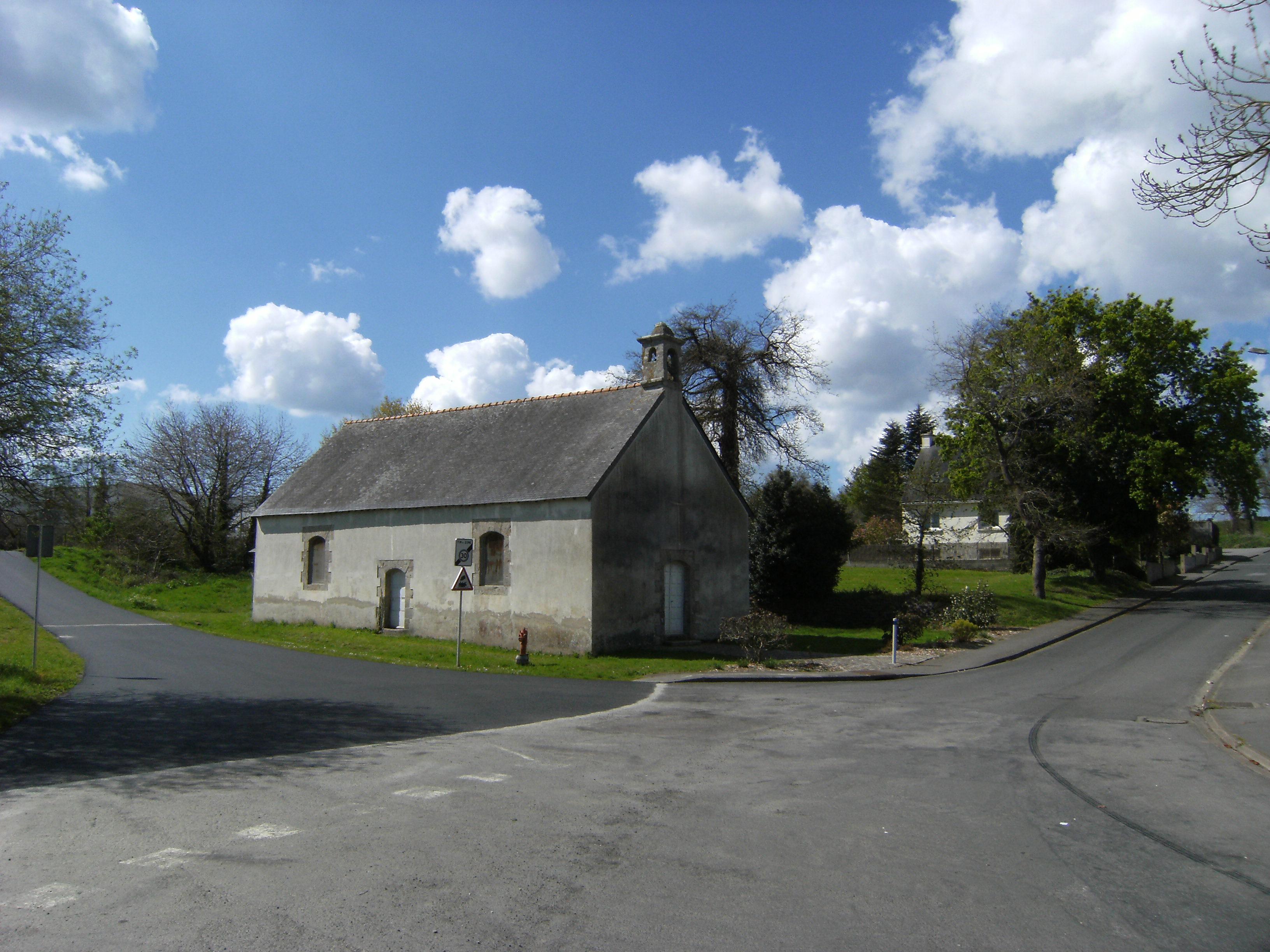 Les jeunes cyclistes monteront le petit raidard qui jouxte la Chapelle de Locunel !